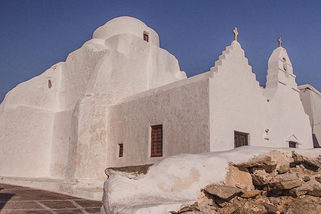 The Church of Panagia Paraportiani in Mykonos Town ✨  What makes this 17th century, whitewashed church different from others is that it is actually made up of 5 churches.  These 5 small churches were built on top of and next to one another.  When it comes to Mykonos, sightseeing is pretty much split between Mykonos Town's architectural attractions and those world renowned beaches. Head to the blog to read my blog titled: You Can Totally See Four Mykonos Beaches in One Day 😉  #mykonos #mykonostown #ChurchofPanagiaParaportiani