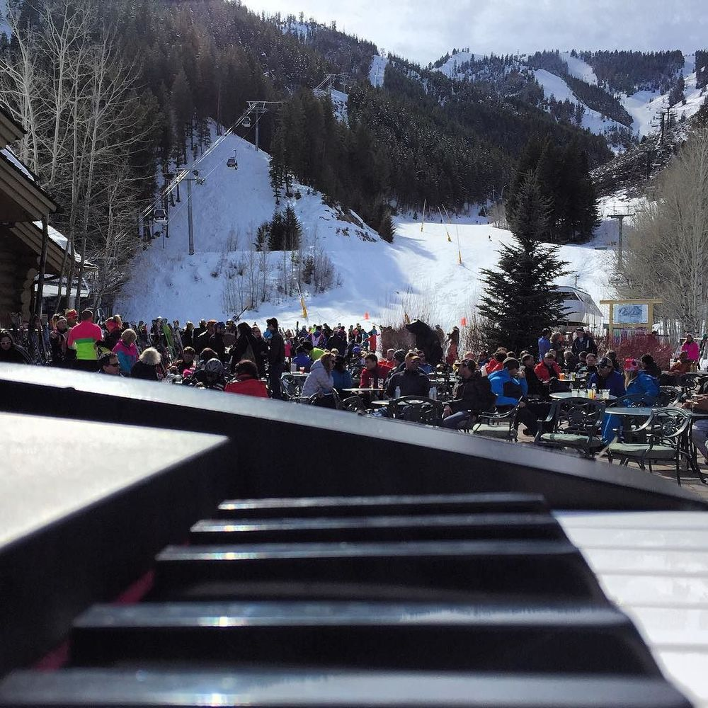 Idahoan apres ski jams with @twentyfourfps @l.a._reggae and @noteghost  http://ift.tt/1SZFaNR