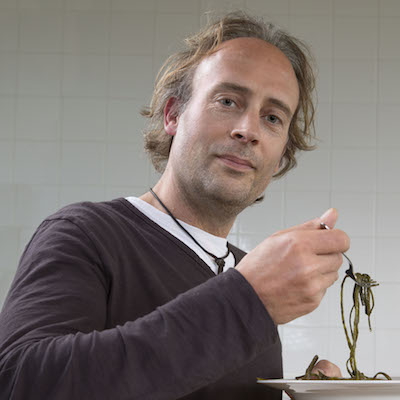 Nederland, Amsterdam, 21-05-2015 Willem Sonderland van zeewierimporteur SeaMore Foods met een bordje zeewier Foto Marco Okhuizen