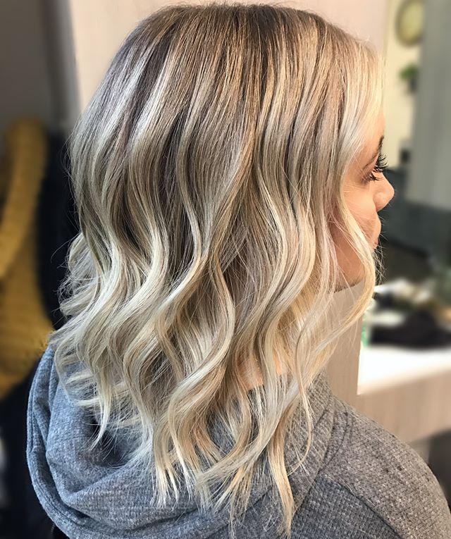 Brought up and brightened that balayage ✨ swipe ➡️ for before • • • • • • • #beforeandafter #brightenup #balayagedandpainted #babylightsandbalayage #blondie #tousledhair #bohowaves #scvhair #thatblendtho #blondebalayage #scvbalayage #maneinterest #redken5thave #bestofbalayage