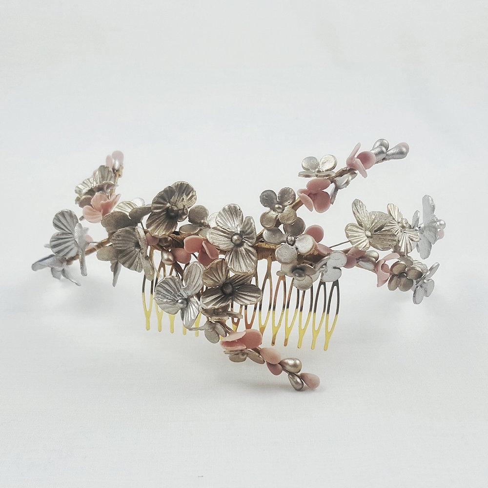 peineta-novia-flores-plata-lostocadosdemarieta.jpeg