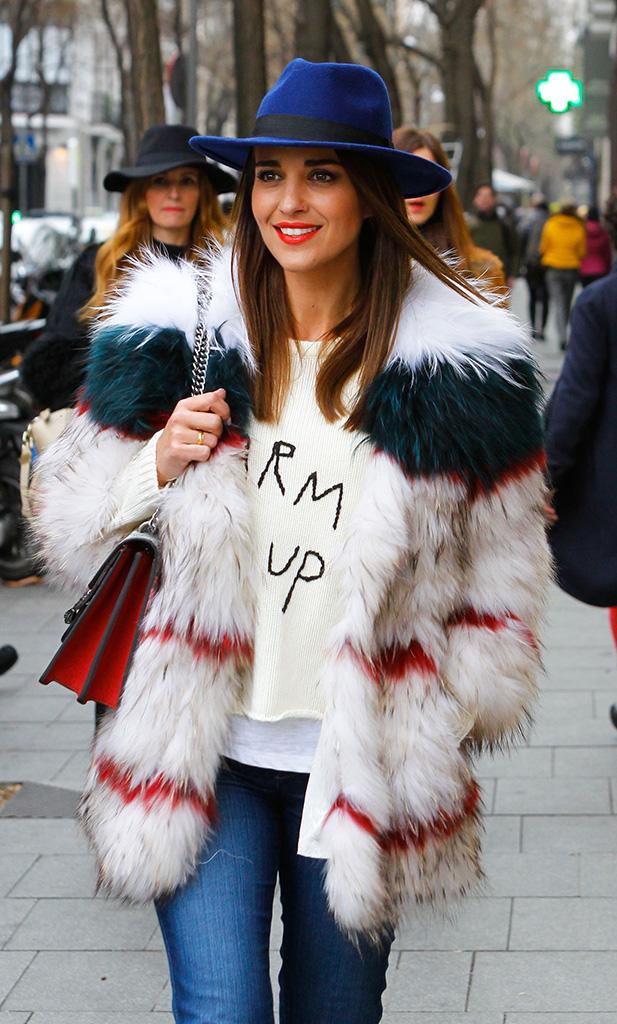 Paula Echevarría con jeans y abrigo de pelo