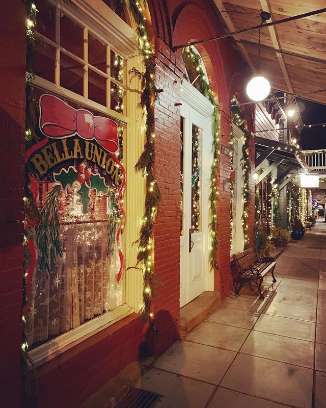 The sidewalks of #jacksonvilleoregon at Christmas are simply dreamy. And the house salad along w/ some breadsticks (extra cheese of course) @bellaunionjacksonville are as well! 😋