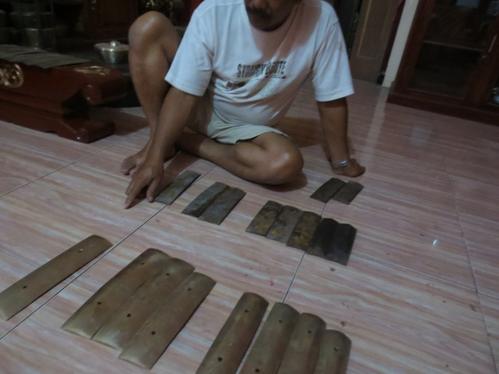 Pak Ahum with iron and bronze bars