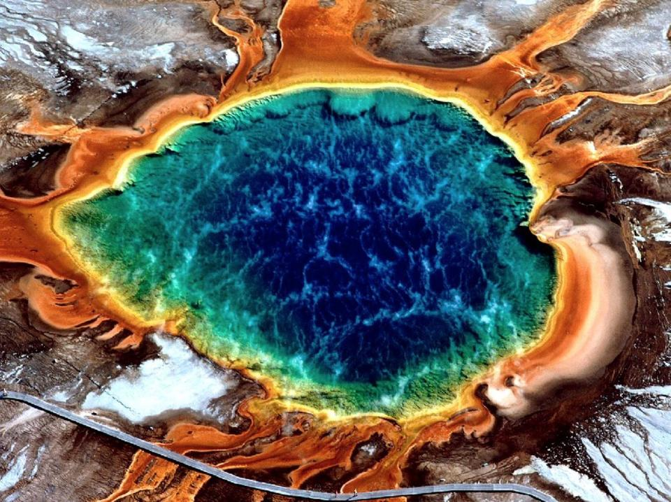 Fumaroles yellowstone.jpg