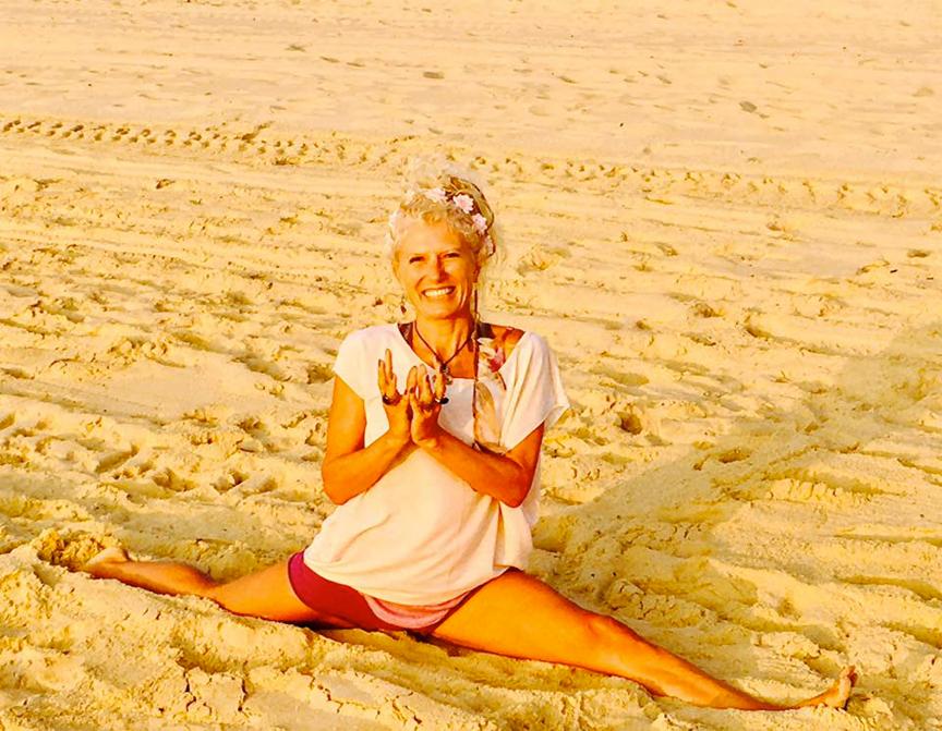 charlotte-saint-jean-hanumanasana-plage.jpg
