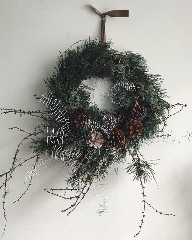Very excited to be selling some of our wreaths over with our green fingered chums @hellopatch 💚💚💚 ...only a limited number available so snap one up with your tree!  Link in bio 🌲🌟🌱✨🌿 #stilllifeflowers #patch #hellopatch #christmas #christmaswreath #christmastree #greenchristmas