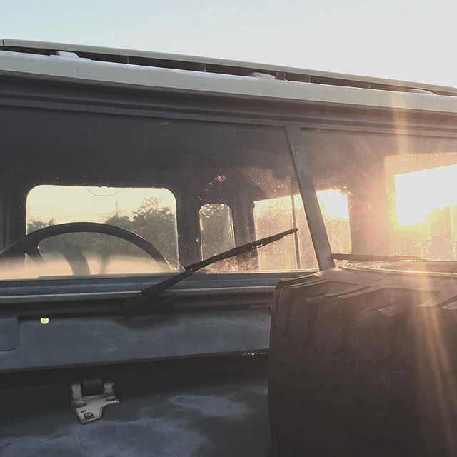 Start your day with a series ☕️📷: @matt_barrass⠀ .⠀ .⠀ .⠀ .⠀ .⠀ #landroverowners #outdoorlifestyle #roadlesstraveled #troopy #vintage #girlsborntotravel #forbestravelguide #agameoftones #welivetoexplore #liveauthentic #mytinyatlas #exploretocreate #stayandwander #submariner #legendcars #classicdriver #landroverdefender #offgrid #travelwriter #writetotravel #velar #gwagon #landrover #nantucket #acehotel #boutiquehotel #creativedirector #lostrover