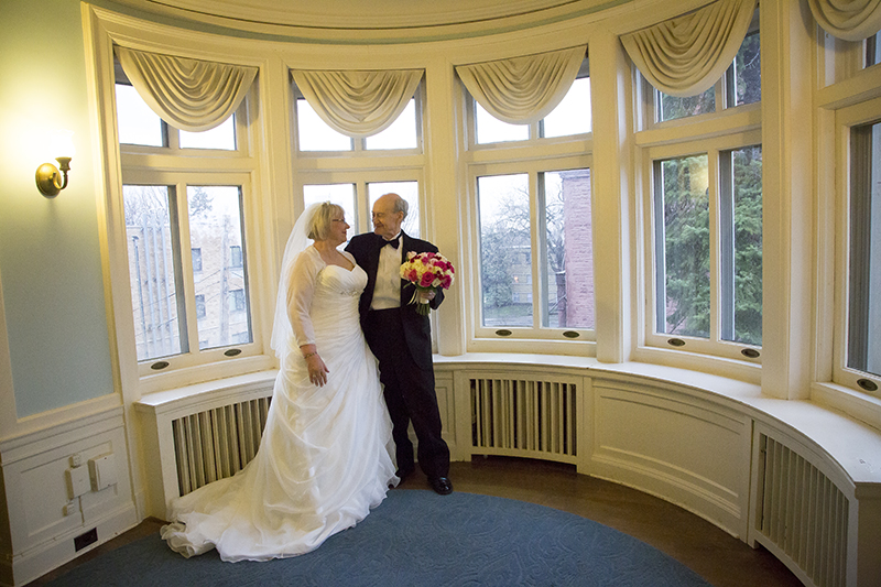 05-glae-mansion-bay-window-minneapolis-minnesota-senior-wedding-bride-and-groom-portrait-melanie-mahonen-photography