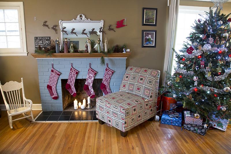 01-merry-christmas-blue-brick-fireplace-candles-hand-knit-christmas-stockings-tree-melanie-mahonen-photography