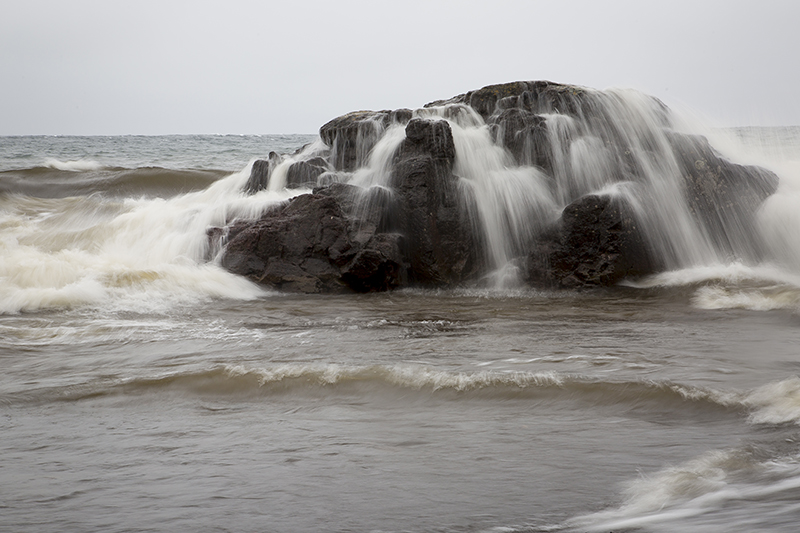 01-north-shore-minnesota-lake-superior-lutsen-crashing-waves-warm-december-melanie-mahonen-photography