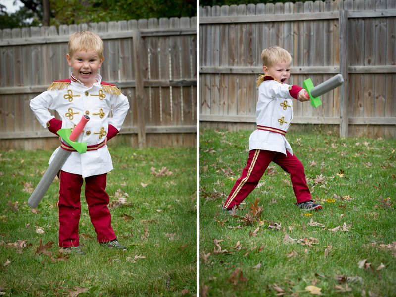 01-prince-charming-boys-halloween-costume-sword-figthing-melanie-mahonen-photography