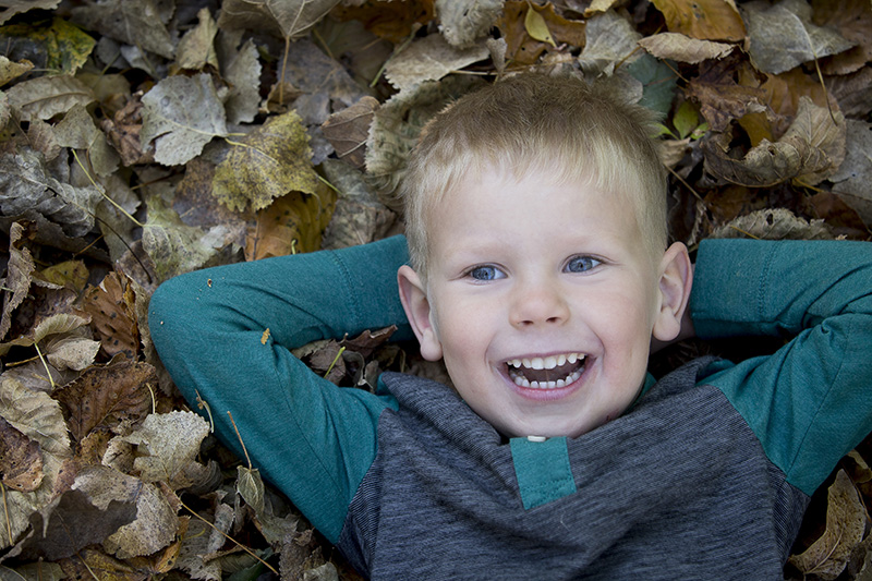 02-fall-fun-portrait-leaves-minnesota-french-park-melanie-mahonen-photography