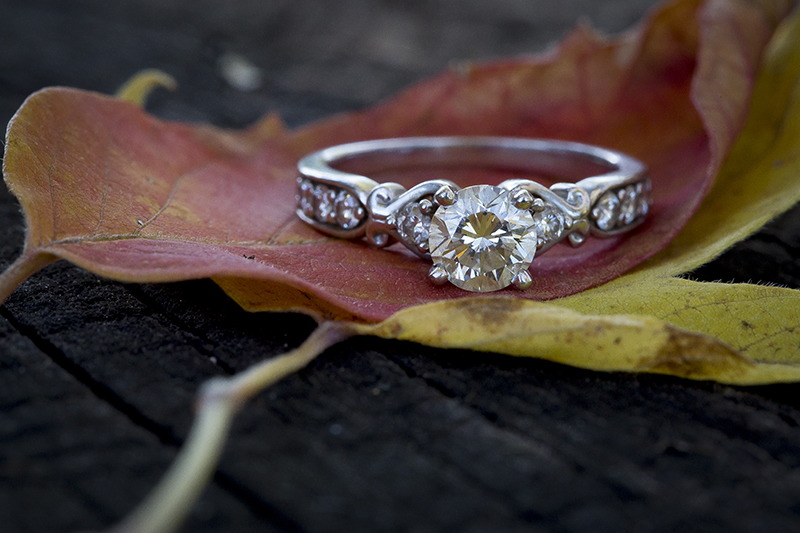 04-engagment-ring-detail-shot-fall-leaves-red-colors-melanie-mahonen-photography