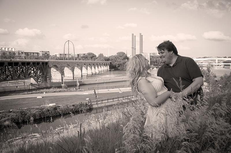 05-stone-arch-bridge-minneapolis-minnesota-summer-engagement-session-melanie-mahonen-photography