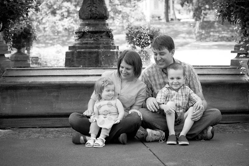 06-irvine-park-st-paul-minnesota-fountain-spring-mini-session-family-portrait-melanie-mahonen-photography