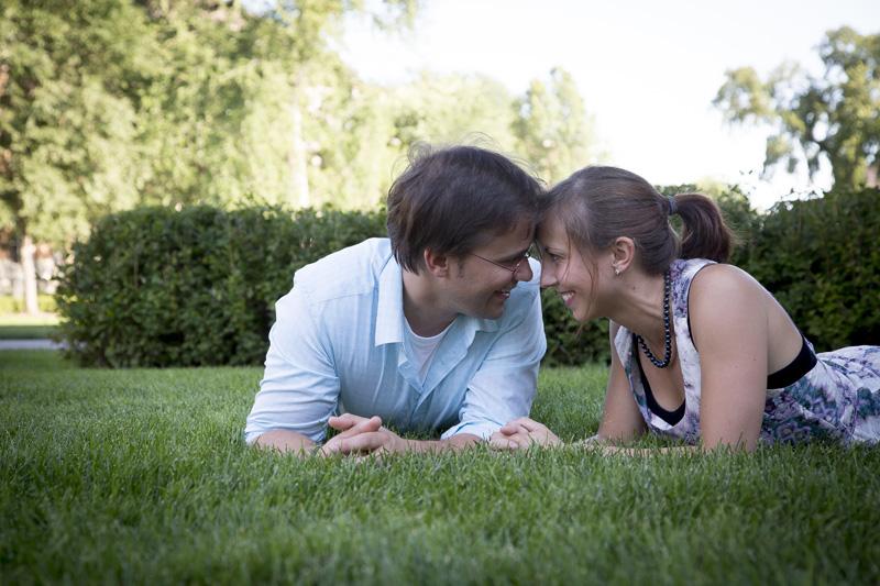 07-minnesota-summer-engagment-session-green-grass-melanie-mahonen-photography