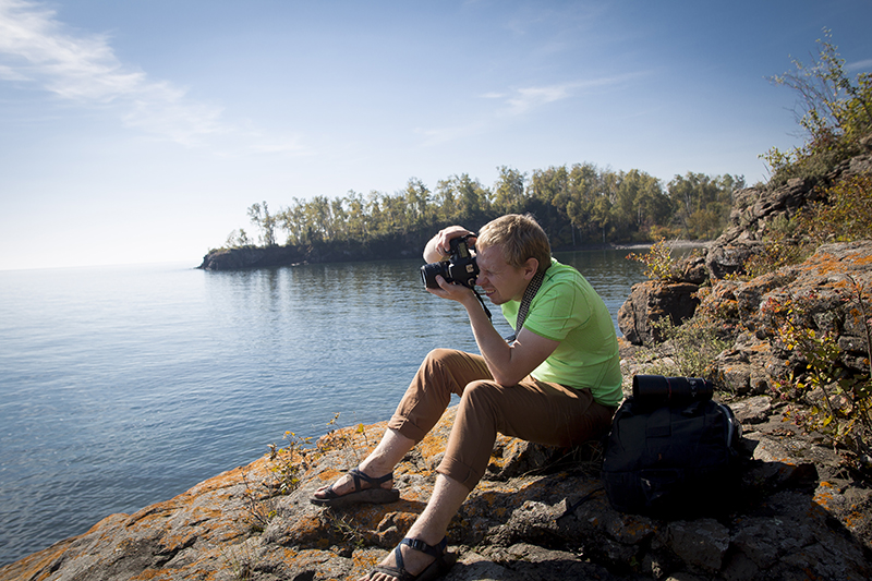 awesome-husband-second-shooter-north-shore-minnesota-lake-superior-hike-split-rock-state-park-take-a-break-melanie-mahonen-photography