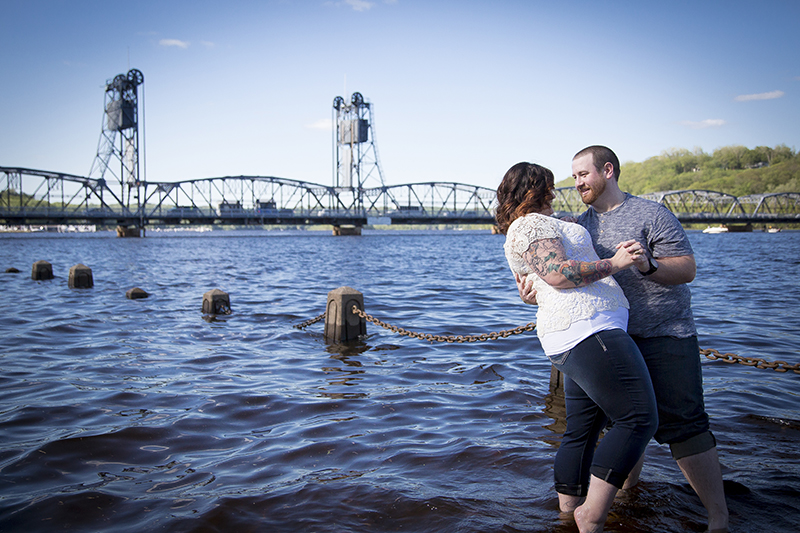 downtown-stillwater-minnesota-spring-engagement-session-mississippi-river-historic-bridge-melanie-mahonen-photography