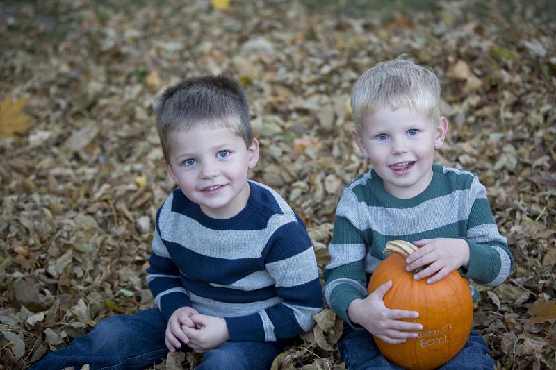 02-fall-cousins-portrait-leaves-color-pumpkin-melanie-mahonen-photography