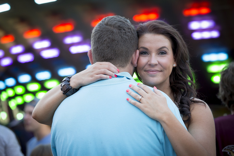 04-minnesota-state-fair-engagment-session-midway-lights-rides-melanie-mahonen-photography