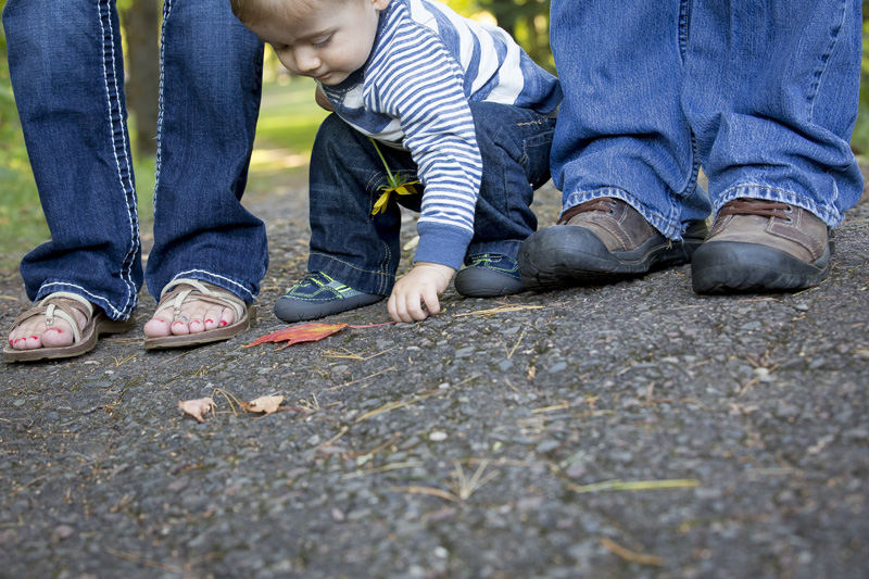 05-fall-family-session-feet-shoe-shot-one-year-old-boy-curiosity-leaf-melanie-mahonen-photography