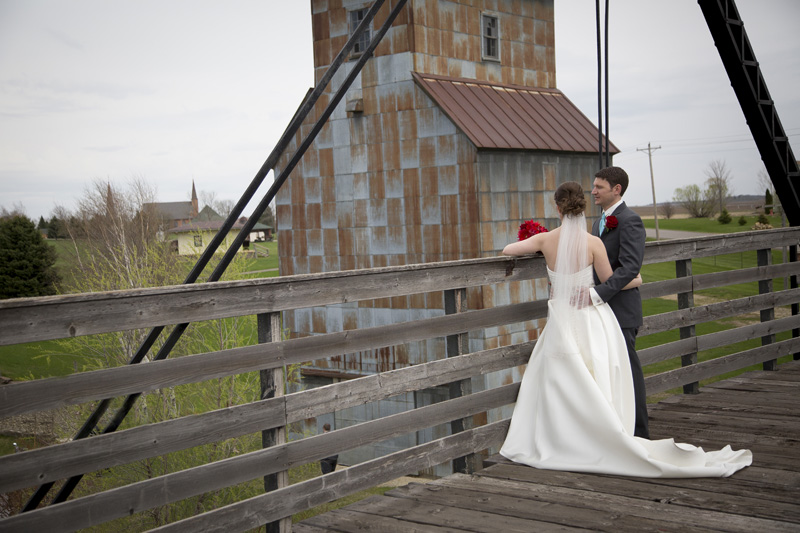 05-little-loghouse-pioneer-village-hastings-minnesota-bridge-bride-groom-take-a-break-melanie-mahonen-photography