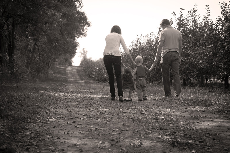 06-family-country-sessio-apple-orchard-minnesota-fall-melanie-mahonen-photography