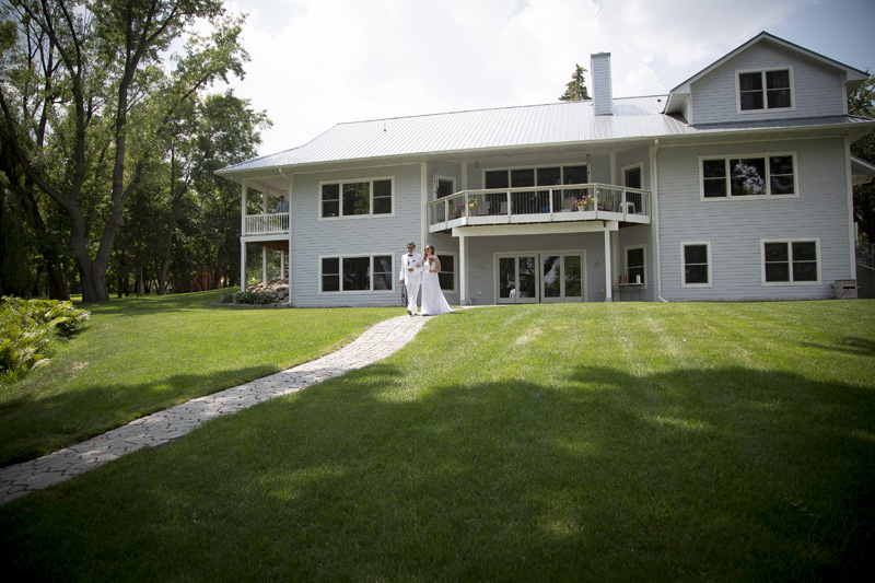 06-minnesota-summer-backyard-wedding-walking-down-aisle-melanie-mahonen-photography