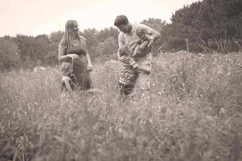 06-prairie-family-portrait-casual-fun-melanie-mahonen-photography
