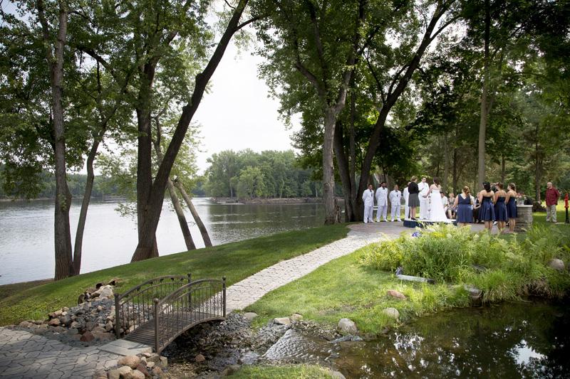 08-minnesota-summer-backyard-wedding-ceremony-mississippi-river-bank-melanie-mahonen-photography
