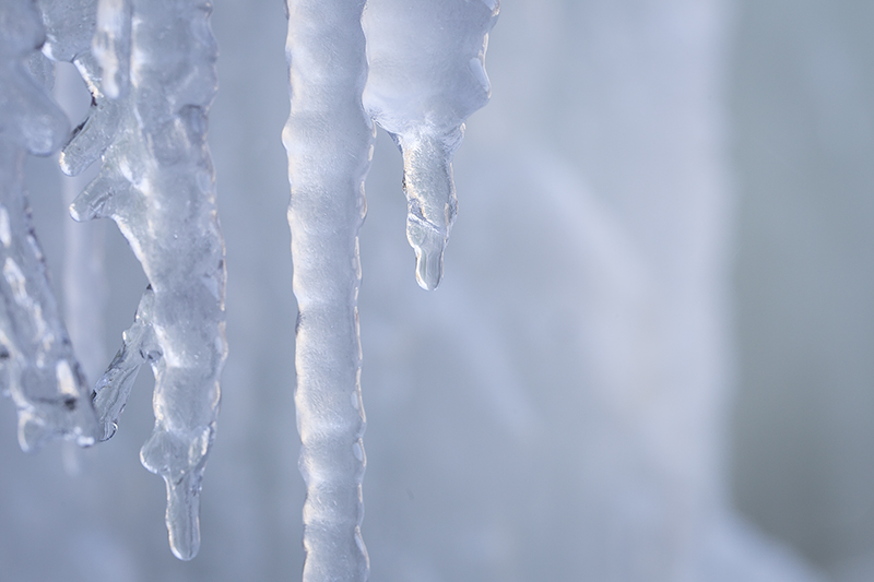 icicle-drop-minnehaha-falls-minneapolis-minnesota-city-winter-adventure-melanie-mahonen-photography