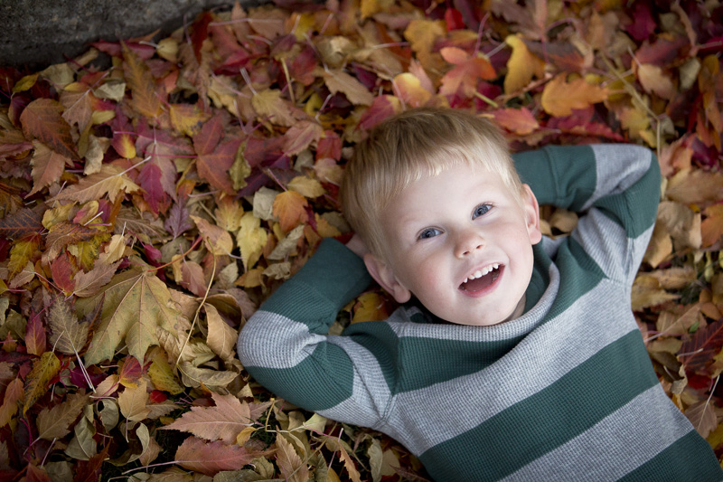kid-in-the-leaves-fall-color-portrait-melanie-mahonen-photography