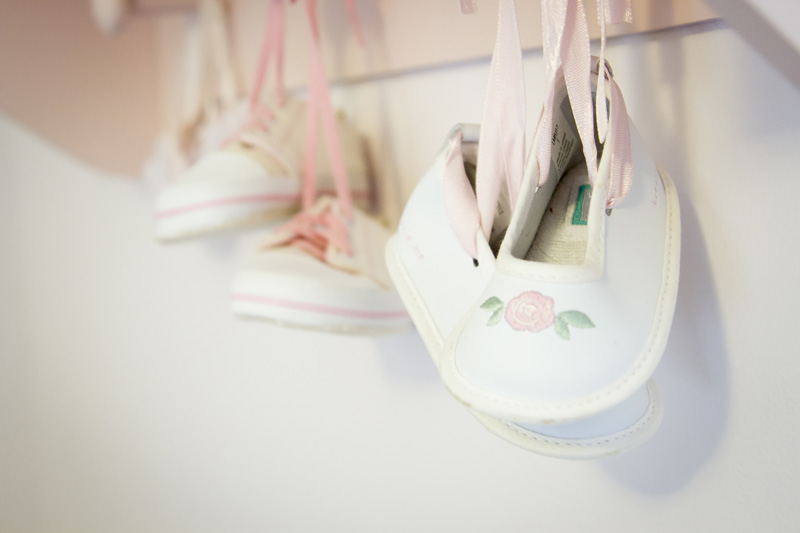 01-baby-girl-shoes-in-home-lifestyle-newborn-baby-session-minnesota-melanie-mahonen-photography