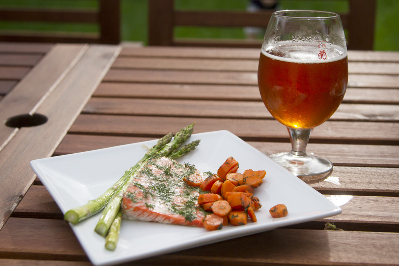 02-food-photography-baked-salmon-spring-vegetables-carrots-asparagus-homebrew-craft-beer-melanie-mahonen