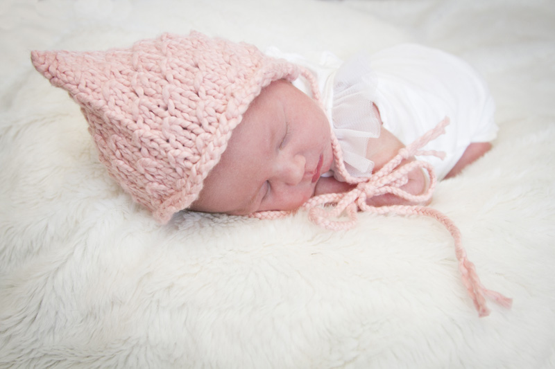 02-newborn-baby-girl-in-home-session-minneapolis-minnesota-frog-pose-melanie-mahonen-photography
