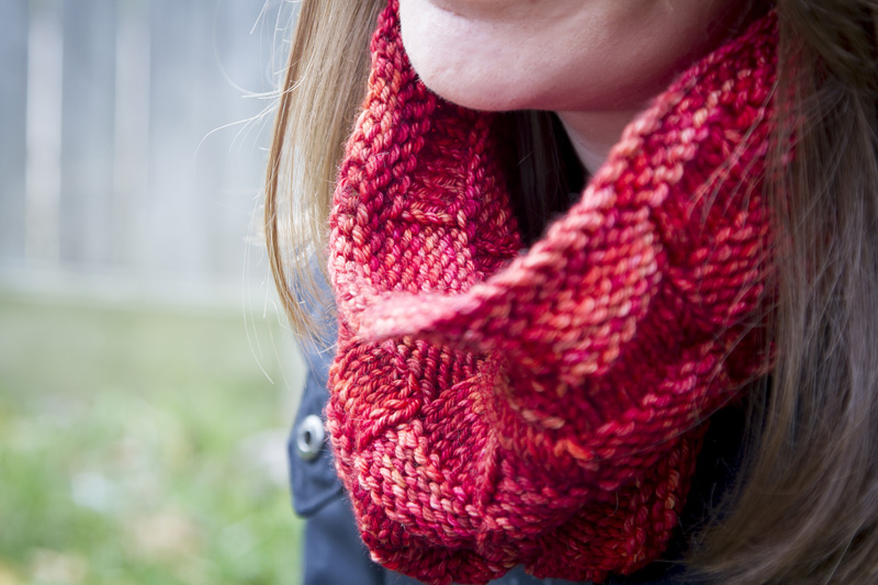02-wish-i-was-weaving-this-cowl-knitting-project-red-cream-in-color-classy-with-cashmere-yarn-liz-abinante-melanie-mahonen-photography