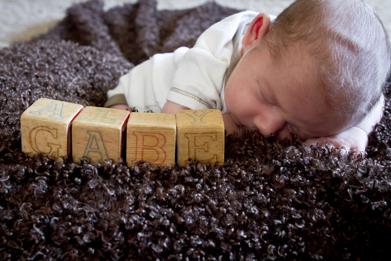 03-in-home-newborn-session-wooden-blocks-name-baby-boy-melanie-mahonen-photography