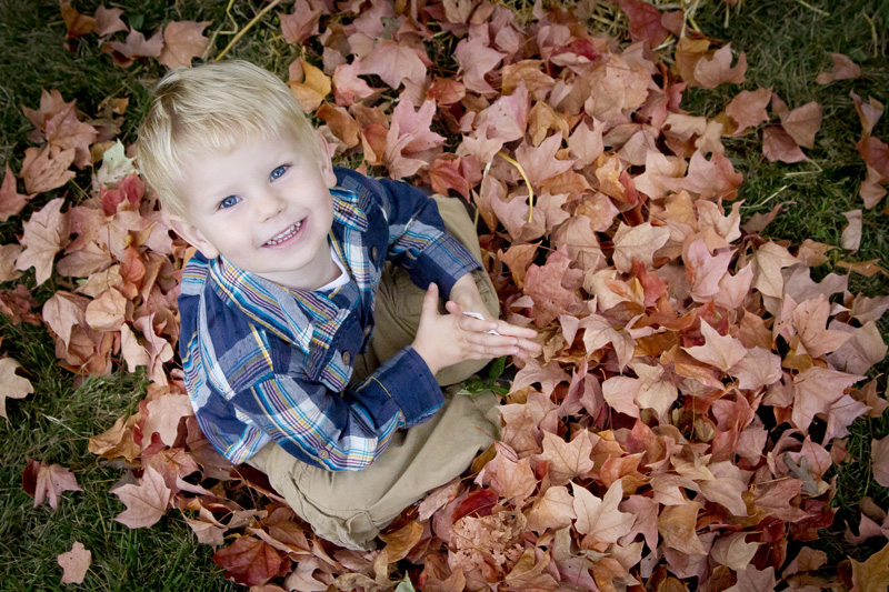 04-fall-mini-session-leaves-color-happy-boy-melanie-mahonen-photography