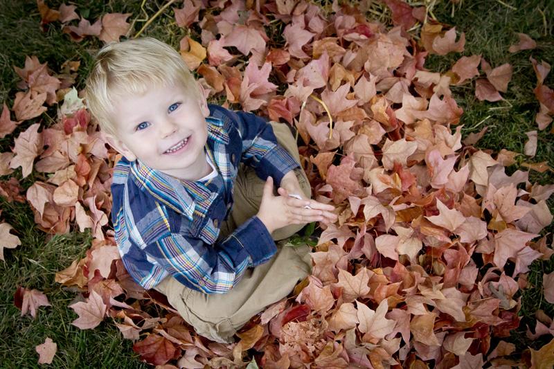 04-fall-mini-session-leaves-color-happy-boy-melanie-mahonen-photography