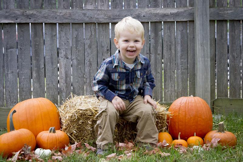 05-fall-mini-sessions-hay-pumpkins-melanie-mahonen-photography