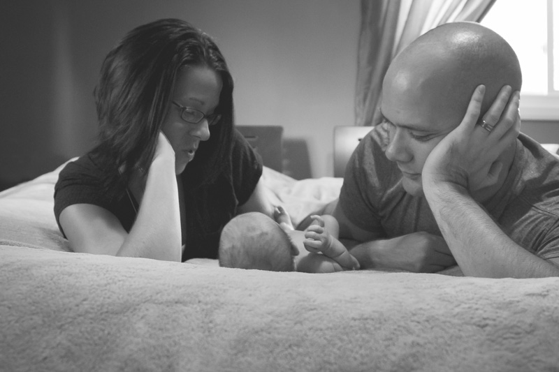 05-in-home-newborn-session-black-and-white-new-parents-bed-baby-boy-melanie-mahonen-photography