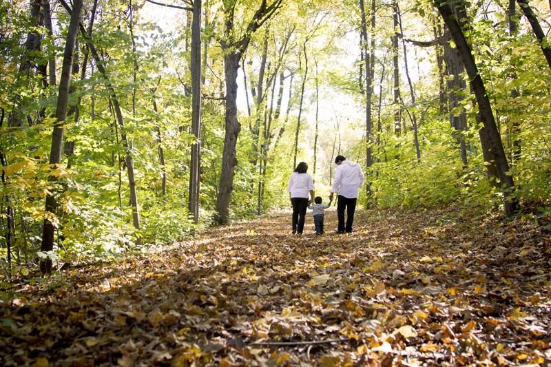 06-fall-hiking-trail-family-portrait-on-location-minnesota-melanie-mahonen-photography