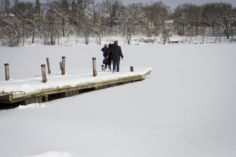 06-family-winter-wonderland-lake-como-st-paul-minnesota-melanie-mahonen-photography