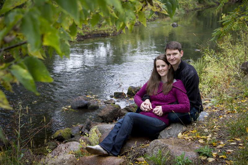 07-fall-engagment-session-creek-melanie-mahonen-photography