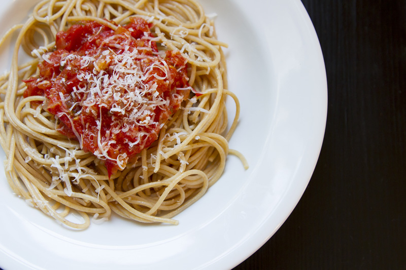 07-natural-light-food-photography-spaghetti-homemade-quick-tomato-sauce-melanie-mahonen-photography