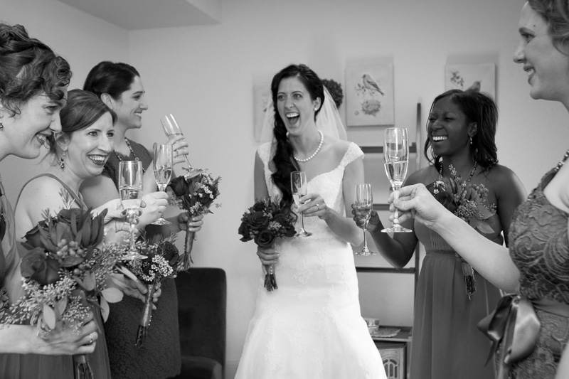 12-bridal-party-break-pre-cermony-toast-champagne-melanie-mahonen-photography
