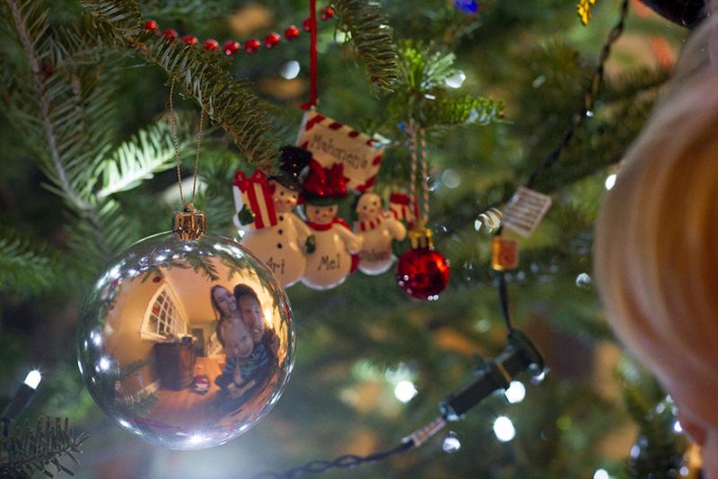 merry-christmas-ornament-family-selfie-melanie-mahonen-photography