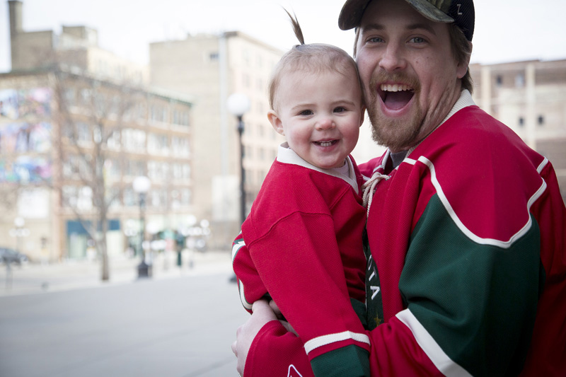 07-minnesota-wild-jersey-family-session-daddy-daughter-happy-daddys-girl-mahonen-photography