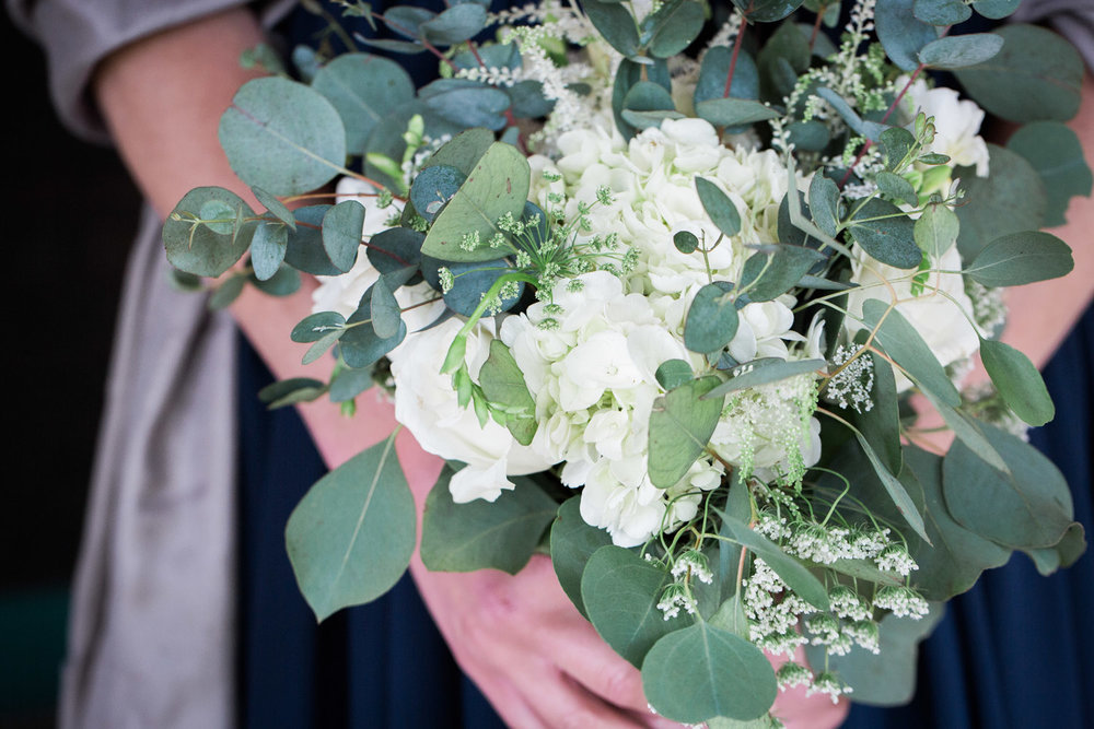 08-bridemaid-bouquet-spring-flowers-white-hydrangeas-greenry-mahonen-photography